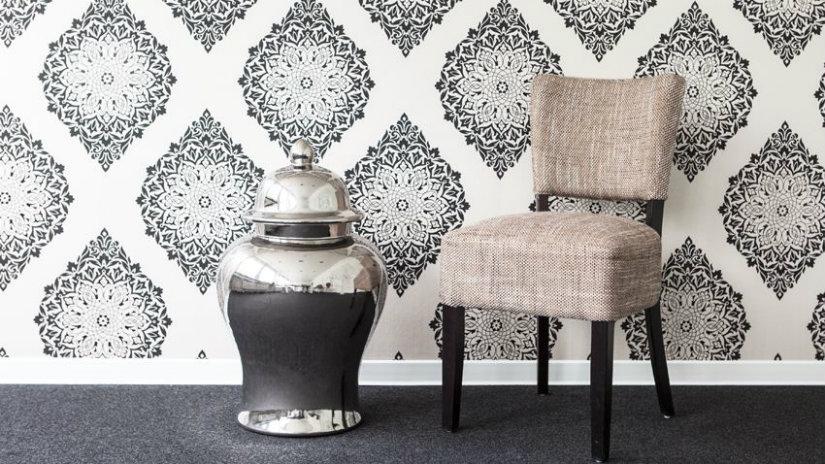 carta da parati bianca e nera vaso sedia