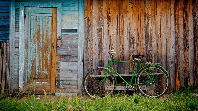 cestino bici in vimini bicicletta parete in legno outdoor