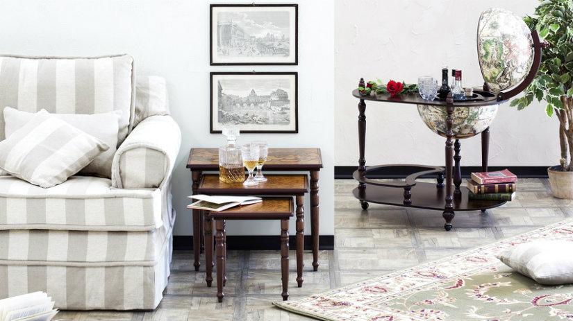 mappamondo antico tavolini divano quadri