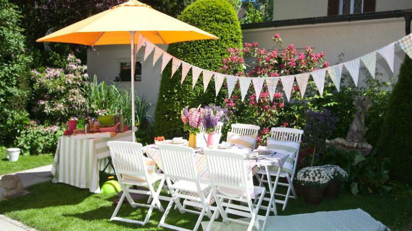 ombrelloni a braccio tavolo sedie giardino festoni