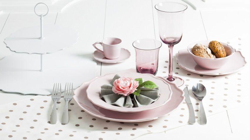piatti shabby chic tovaglia a pois bicchieri rosa alzata per dolci posate