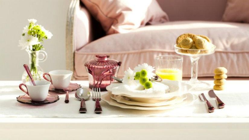 piatti shabby chic posate fiori tavolino basso bicchieri