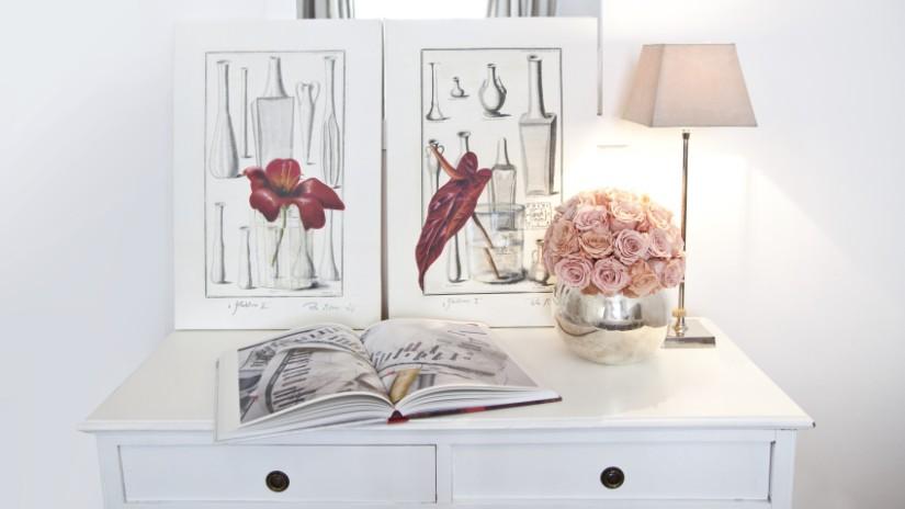 quadri con rose cassettiera bianca vaso di fiori lampada