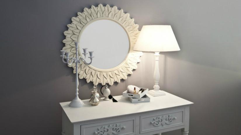 specchio con cornice bianca lampada candelabro