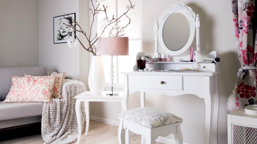 specchio con cornice bianca consolle sgabello