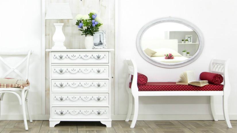 specchio con cornice bianca cassettiera moderna