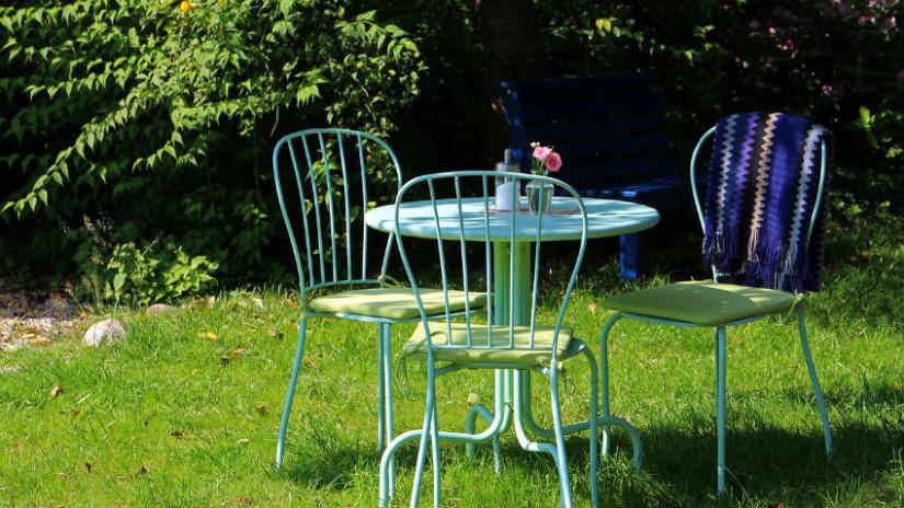 giardino piccolo sedie tavolo