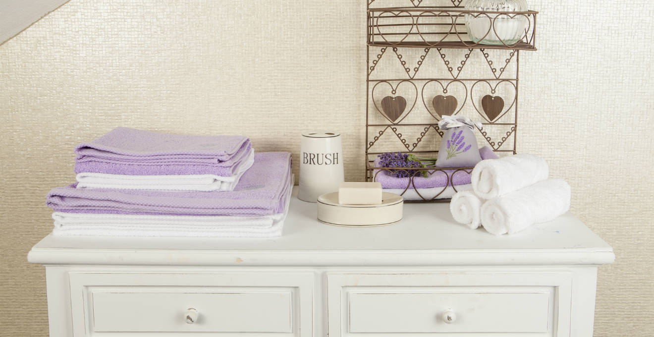 Mobile bagno lilla tinte soft per la stanza del relax - Mobiletto bagno da appendere ...