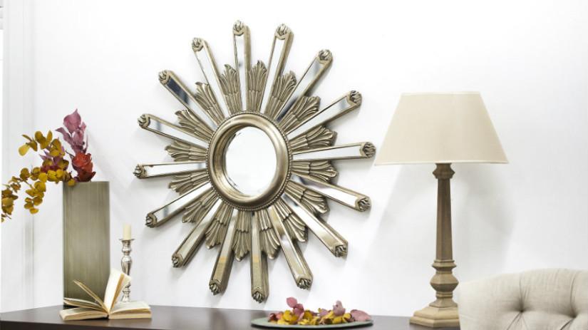 Specchio con cornice in argento elegante