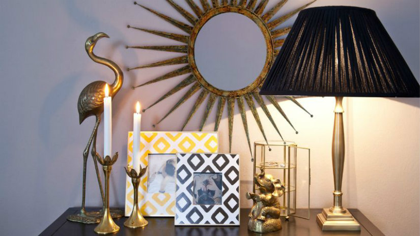 specchio cornice dorata candele portafoto lampada