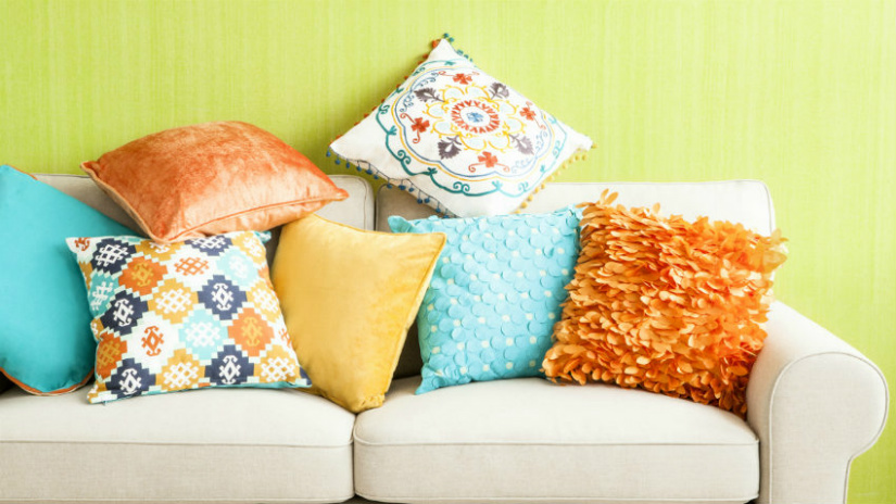pareti colorate divano cuscini