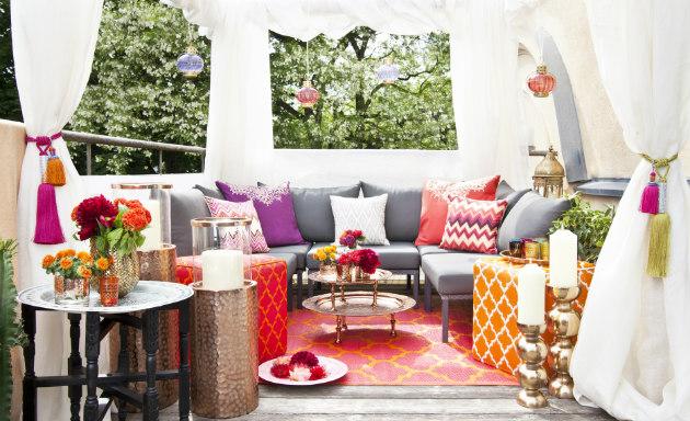 gazebo da giardino con pouf e cuscini colorati