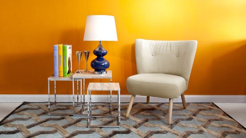 retro stoeltje en tafeltje tegen oranje muur