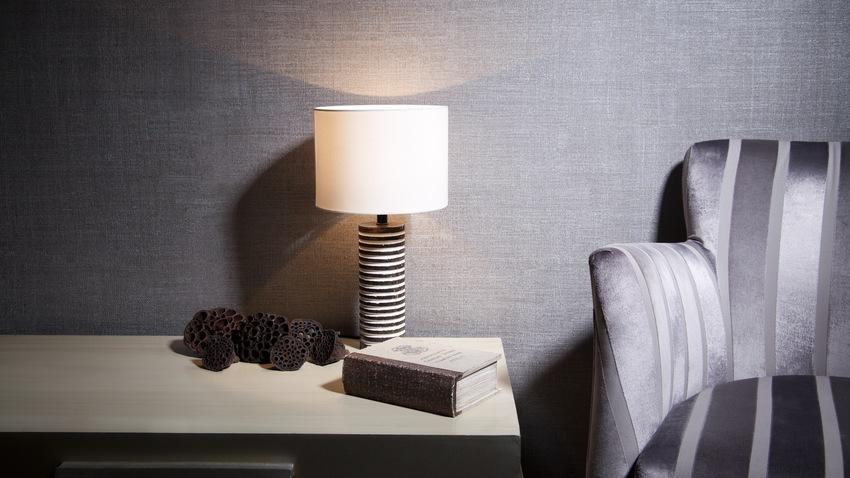 moderne kleine lamp op nachtkastje