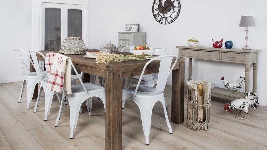retro kunststof en metalen eetkamerstoelen aan moderne eettafel