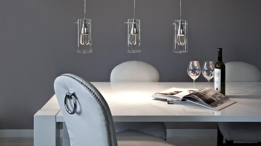 witte tafel met design hanglampen