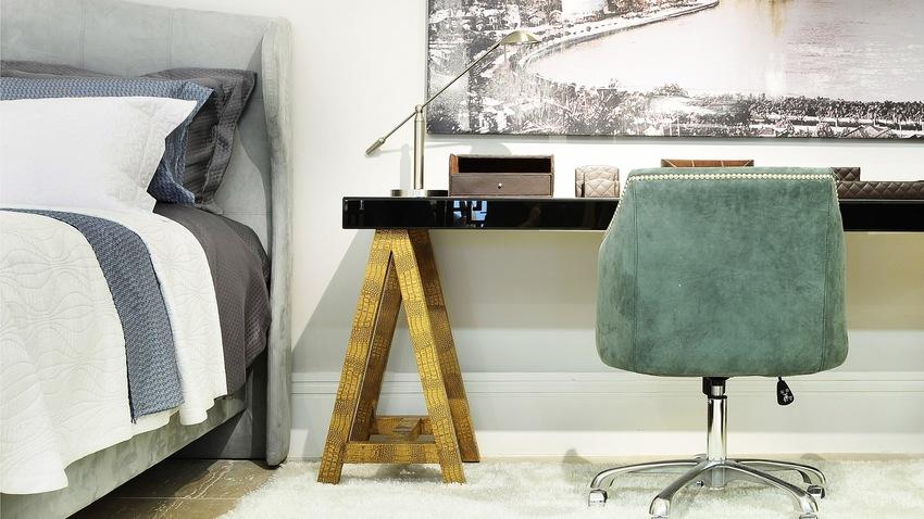 groene bureaustoel aan modern zwart bureau