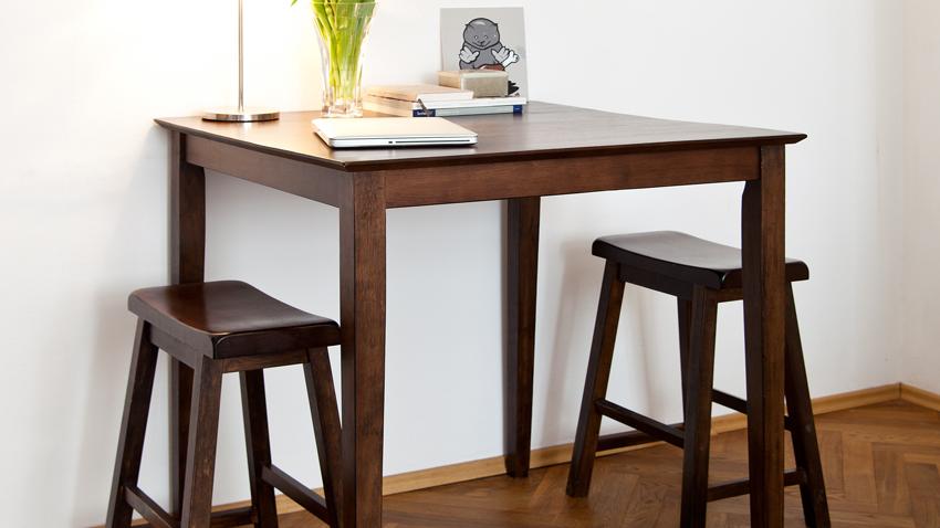 hoge stoelen aan hoge hardhouten tafel