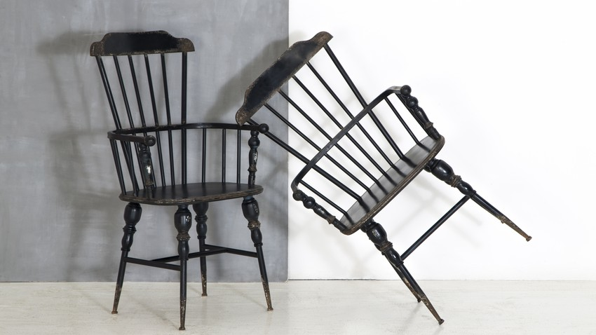 klassieke zwarte stoelen met armleuningen