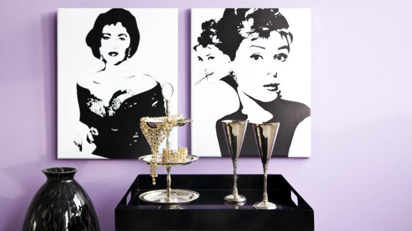 lila behang met zwart-witte afdrukken
