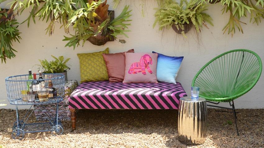groene tuinstoel en roze tuinbank