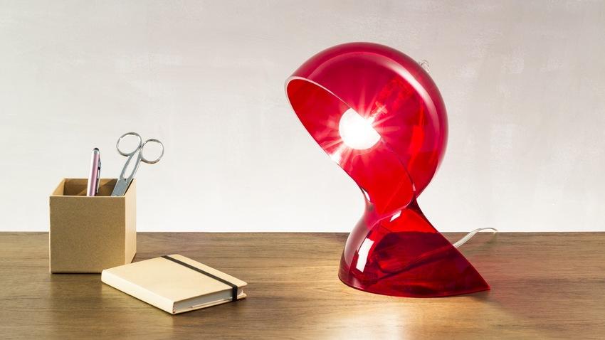 rode design tafellamp op bureau