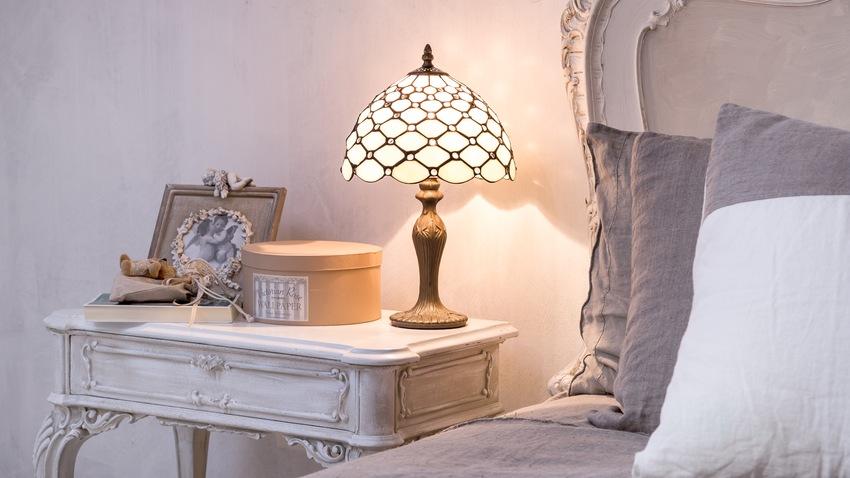 witte shabby chic tafellamp op nachtkastje