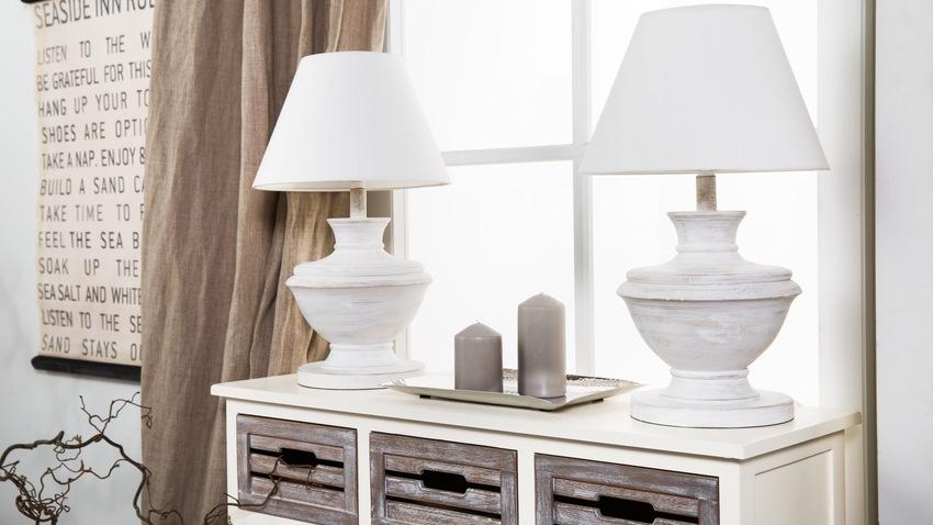 witte tafellampen op witte kast