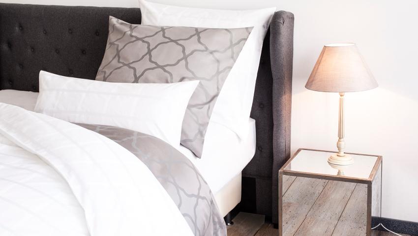 klassieke bedlamp op design nachtkastje