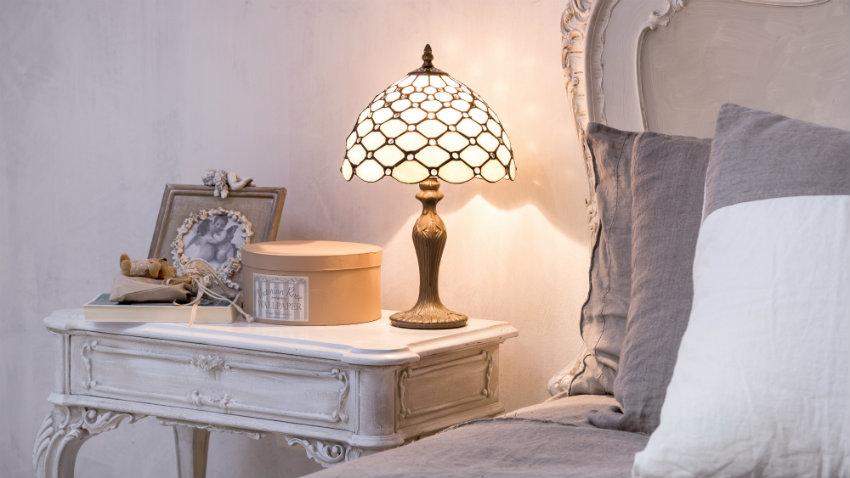 brocante bedlamp op licht nachtkastje