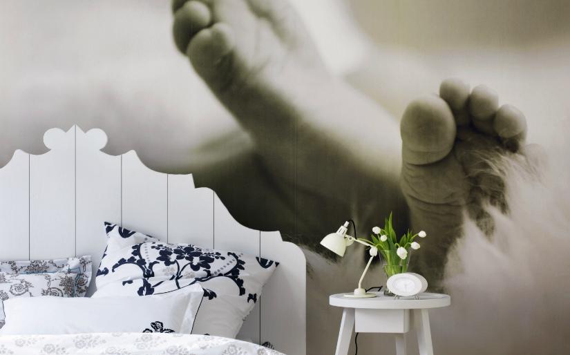 fotobehang klassiek grijs babyvoetjes nachtlamp slaapkamer