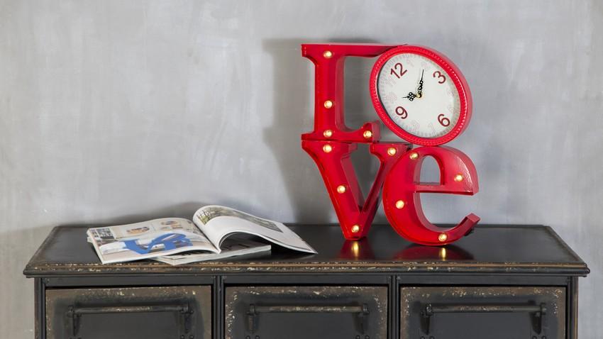 klok in rode decoratie