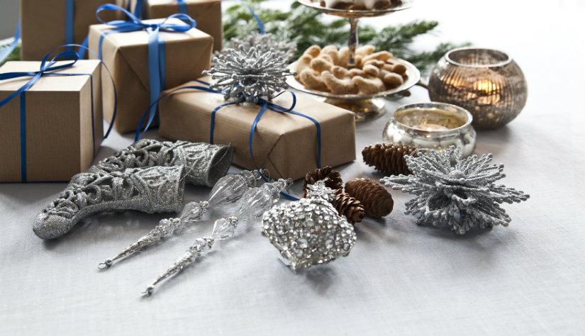 Kerst tafeldecoratie cadeautjes zilveren accessoires glas bruin blauw