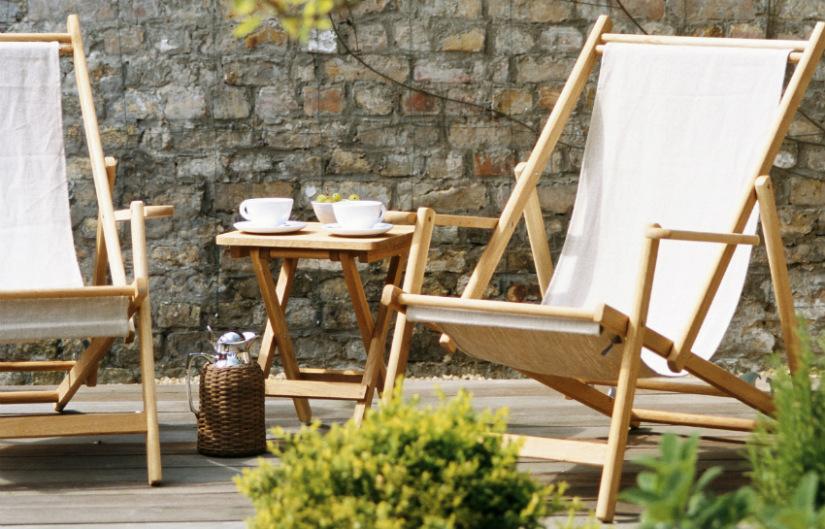 houten tuinmeubelen klapstoelen simpel strak Scandi stijl wit