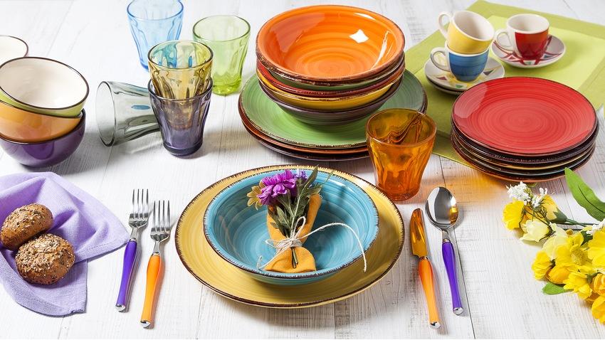 kleurrijk modern servies