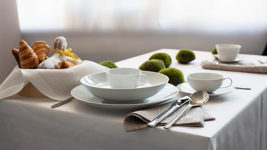 modern servies op ontbijttafel