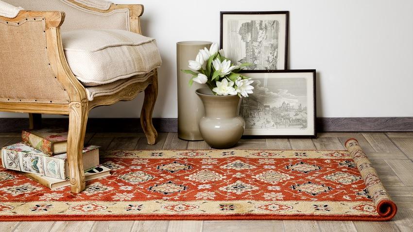 oosters tapijt klassieke fauteuil schilderijlijsten