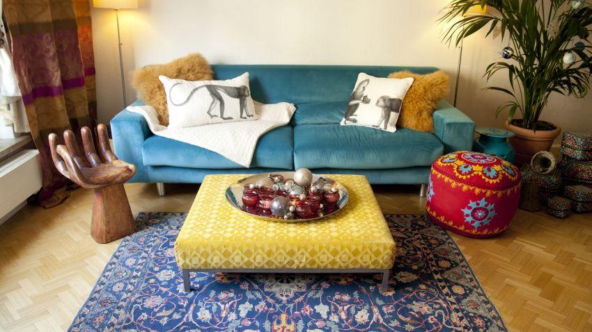oosterse tapijten met gele hocker