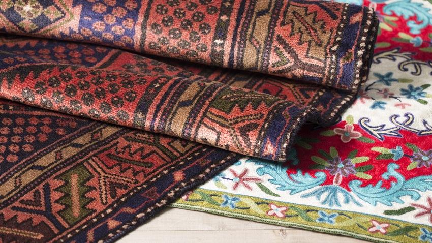 opgerolde oosterse tapijten in verschillende kleuren