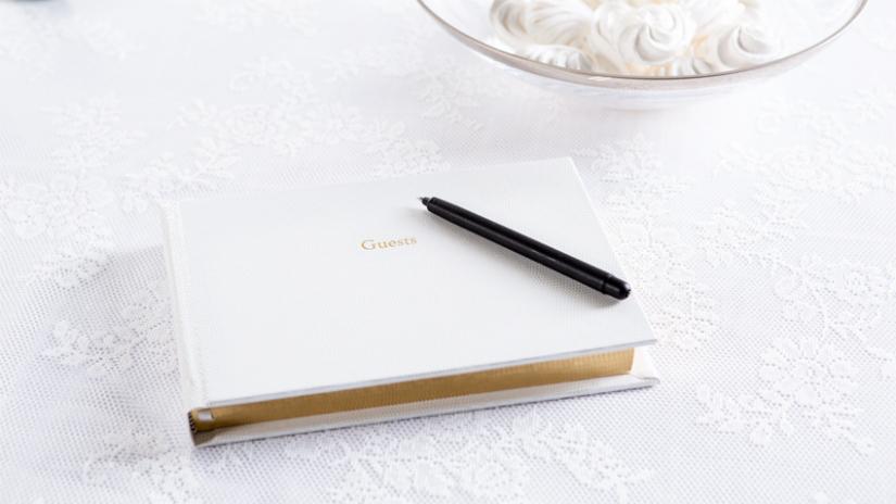 Huwelijkscadeaus wit kleed zwarte pen schaal goud boek