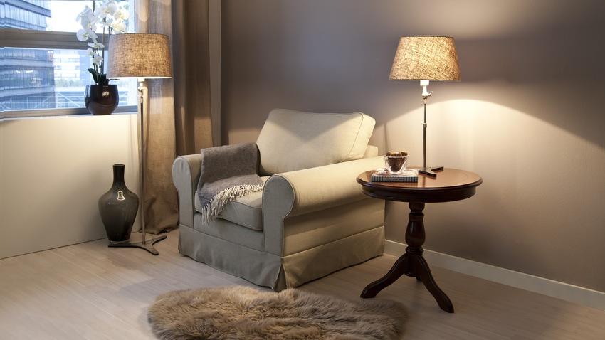 landelijke beige fauteuil met bijzettafel
