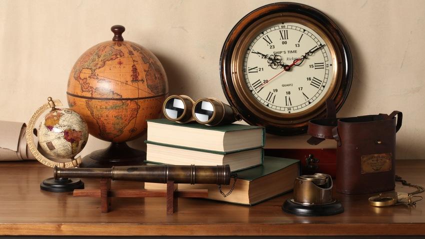 houten klok in maritieme stijl
