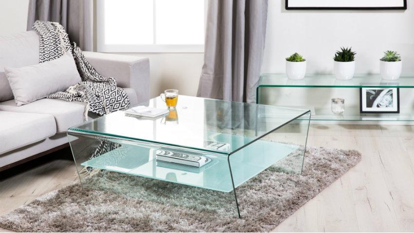 moderne glazen salontafel in lichte woonkamer