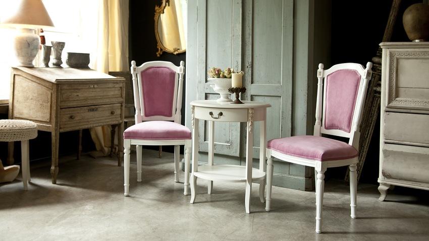 rode barok stoelen in klassieke kamer