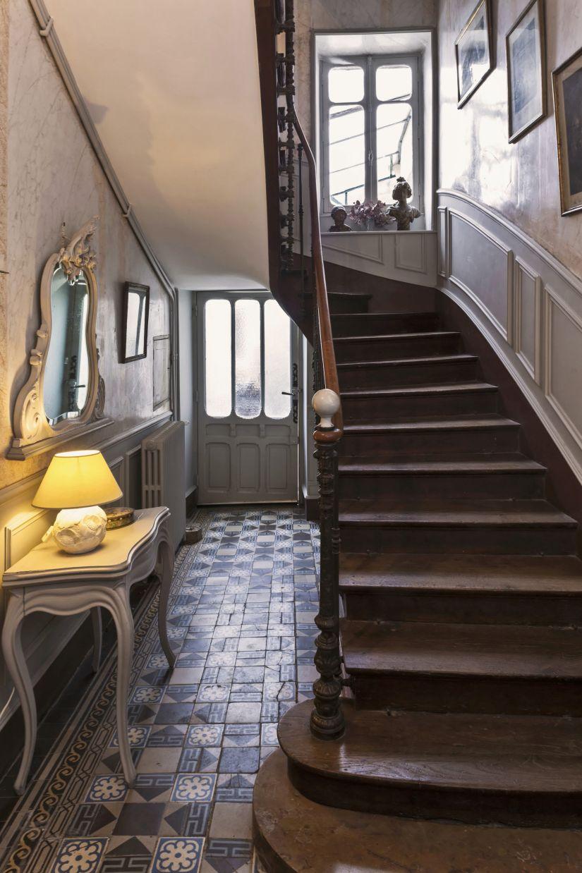 Trapverlichting op klassieke houten trap