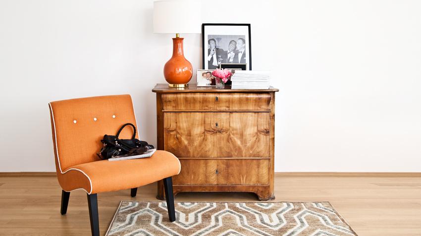 vintage oranje stoel en kast