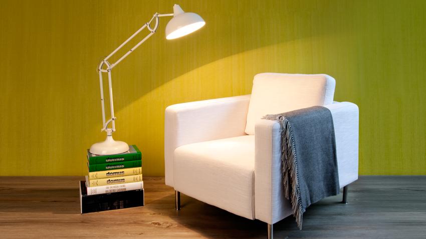 witte fauteuil met leeslamp