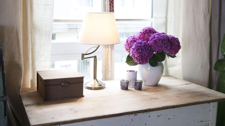 brocante houten bureau met donker gelakt blad