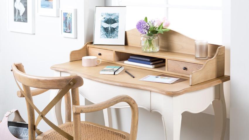 retro lichtkleurig houten bureau met houten stoel