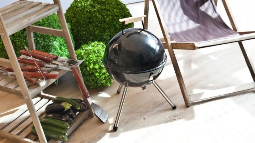 balkon ideeën planten houten ladder zwarte barbecue